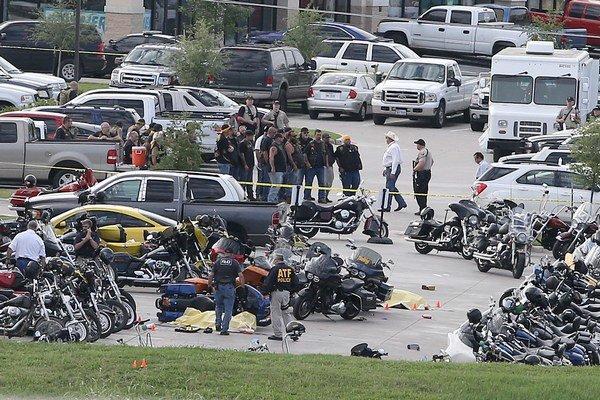 Žiadny policajt pri zrážke motorkárskych gangov v Texase neutrpel zranenia.