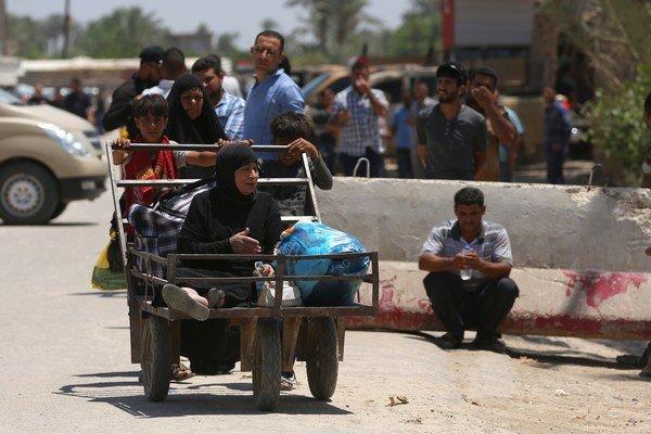 Iračania opúšťajú svoje domovy v meste Ramádí.