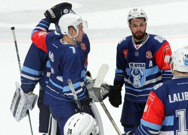 Marek Slovák (vpravo) bol vyhlásený za najlepšieho hráča Nitry v zápase. Absolutórium si však zaslúžia aj všetci jeho spoluhráči.