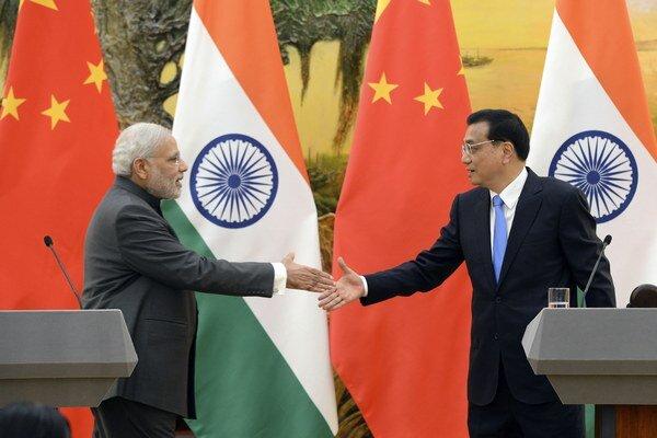 Indický premiér Narendra Módí (vľavo) si podáva ruku s čínskym premiérom Li Li Kche-čchiangom.