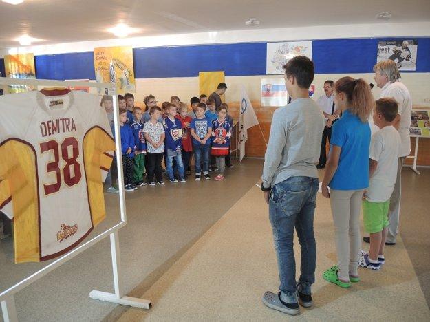 Deti si uctili 5. výročie aj prozaickým prednesom diel o ich hokejom vzore.