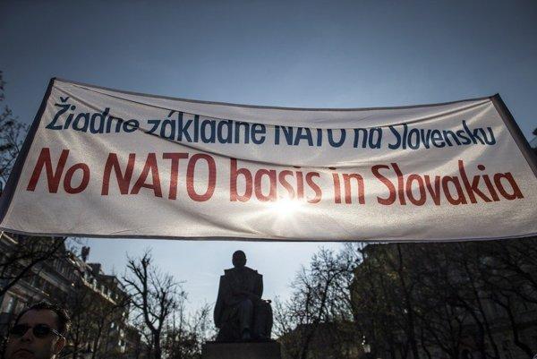 Protest proti NATO.