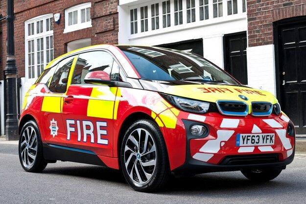 Zásahový elektromobil BMW i3 londýnskeho hasičského zboru. Elektromobily londýnskych hasičov sú vystrojené aj dvojvalcovým benzínovým motorom, ktorý počas jazdy dobíja batériu, čím sa dojazd predĺži o 150 km.