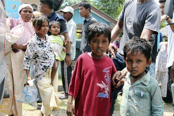 Medzi zachránenými migrantmi je aj 98 žien a 51 detí.