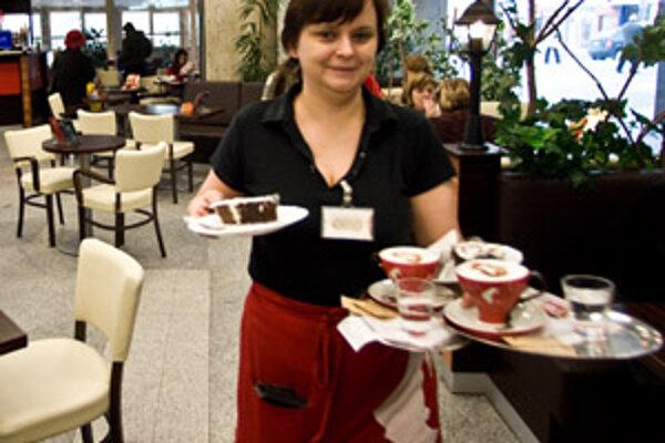 Zamestnávatelia hľadajú aj čašníkov a čašníčky.