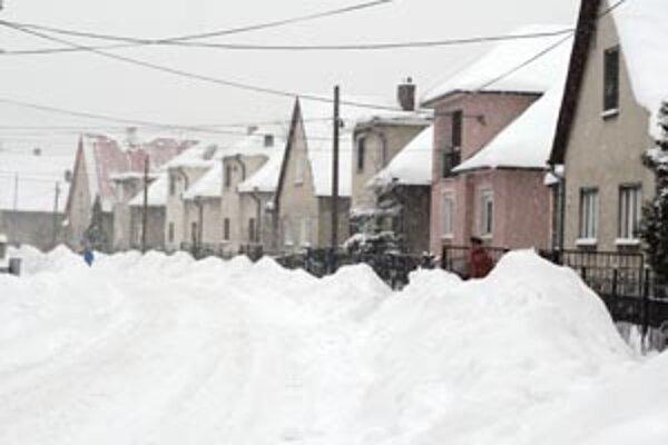 Ulice Handlovej boli zasypané snehom.