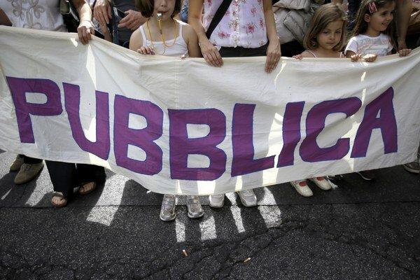 Bojkotovať školské reformy prišli do ulíc študenti spolu s učiteľmi.