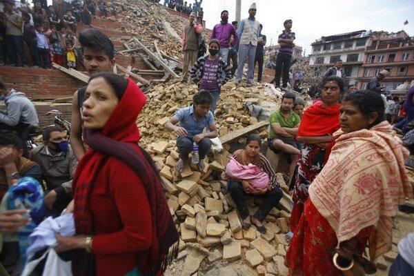 Silné zemetrasenie zasiahlo Nepál a zabilo tisícky ľudí v štyroch krajinách.
