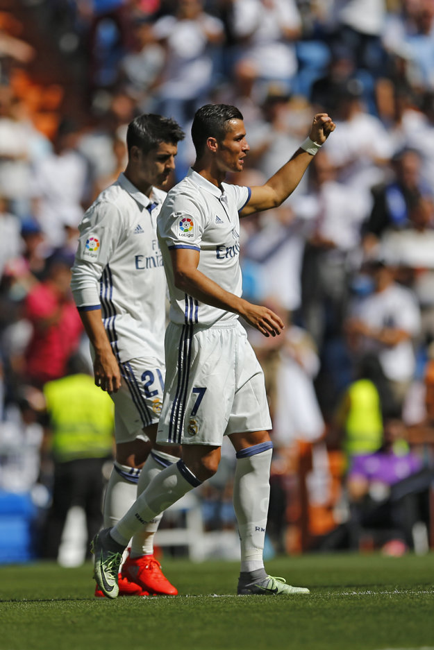 Cristiano Ronaldo (vpravo) sa teší zo streleného gólu.