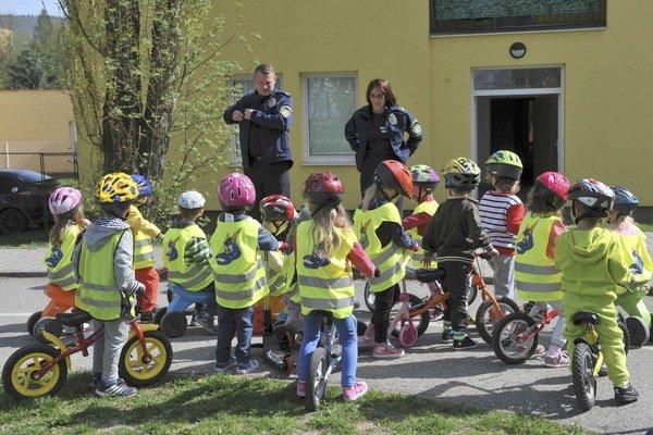 Dve deti vo veku štyroch rokov utrpeli zranenia a boli následne prevezené najskôr do miestneho nemocničného zariadenia, potom do nemocnice v Poznani.