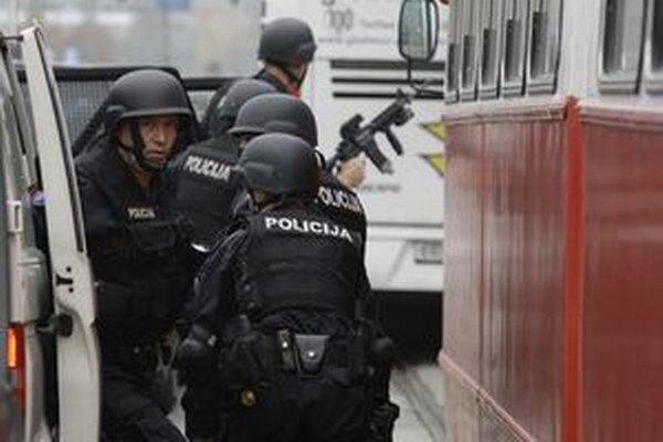 Bosnianska polícia pri zásahu.