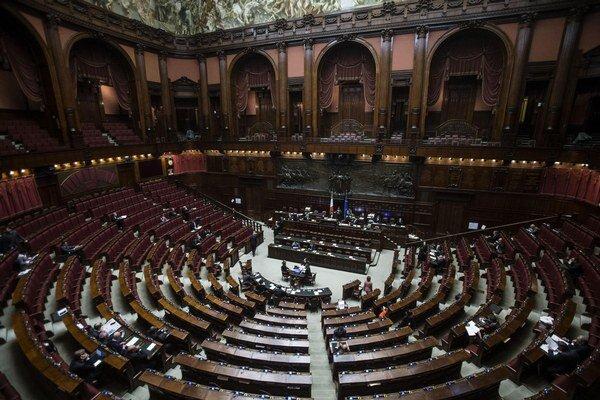 Taliansky premiér Matteo Renzi vo štvrtok uspel aj v poslednom z troch hlasovaní parlamentu o kľúčovej volebnej reforme.