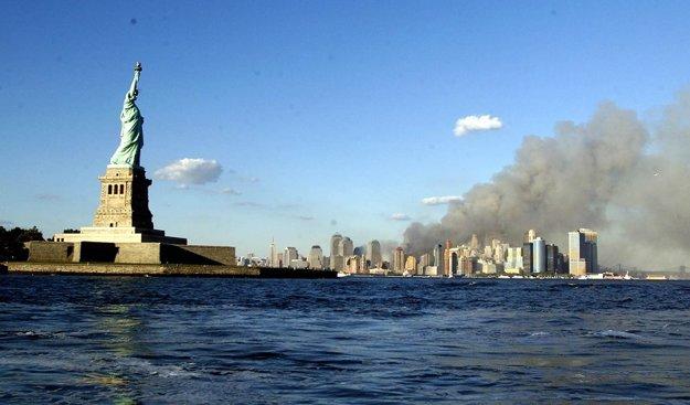 Pohľad na Sochu slobody a dym stúpajúci z rúcajúcich sa budov.