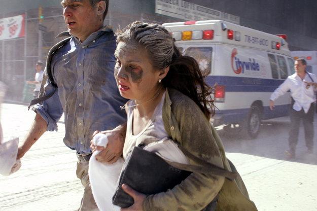 Ľudia utekajú z blízkosti padajúcej budovy.