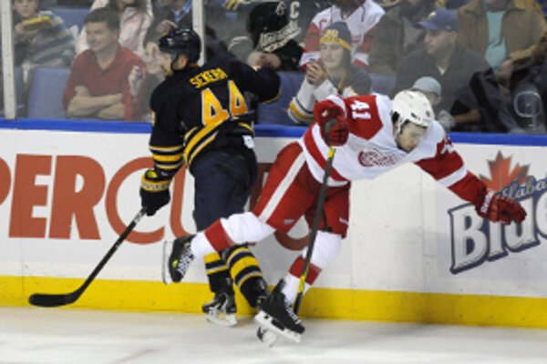 Stret Andreja Sekeru (44, Buffalo Sabres) a Chrisa Connera z Detroitu Red Wings (41).