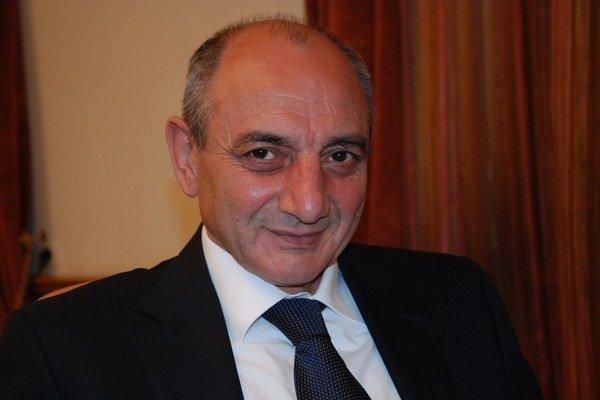 Bako Saakjan sa narodil v roku 1960 v Stepanakerte vo vtedajšej Azerbajdžanskej socialistickej republike. Prezidentom náhornokarabašskej republiky je od roku 2007. Predtým pracoval ako zámočník aj reštaurátor, neskôr vyštudoval právo. V roku 1988 sa stal