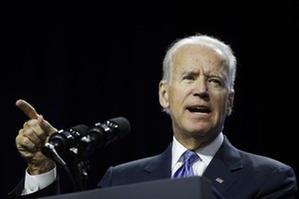 Americký viceprezident Joe Biden sa rozprával s ukrajinským prezidentom Petrom Porošenkom o prebiehajúcej kríze na východe Ukrajiny.