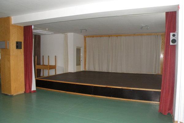 V Nedožeroch-Brezanoch využívajú dvanásť rokov sálu s pódiom.