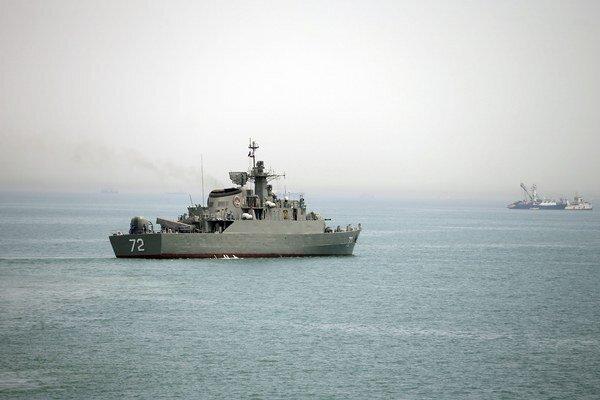 Iránska vojenská loď Alborz (vpredu) sa pripravuje na vyplávanie z iránskych vôd 7. apríla 2015. Irán vyslal k pobrežiu Jemenu torpédoborec a ďalšie plavidlo svojho vojenského námorníctva.