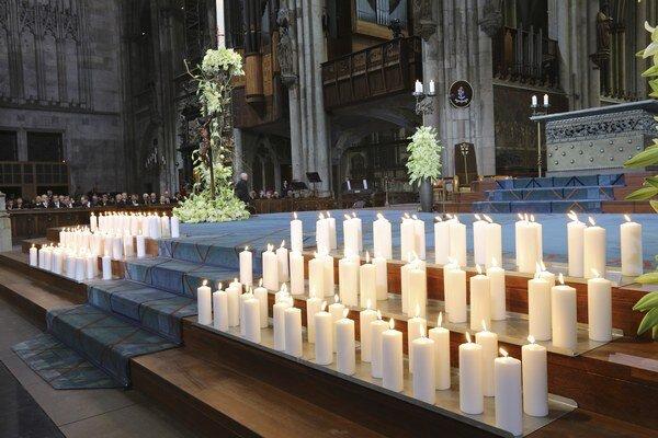 Pamiatku obetí pádu lietadla spoločnosti Germanwings si do Kolína nad Rýnom prišli uctiť stovky ľudí.