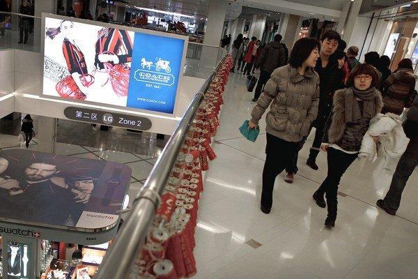 Hongkonskí aktivisti tento rok usporiadali už niekoľko chaotických protestov proti Číňanom, ktorí prichádzajú na nákupy.
