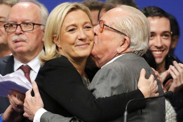 Vrúcne bozky sú minulosťou. Le Pen odmietol dcérinu radu na odchod z politiky.