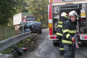 Pri nehode zasahovali ako prví hasiči, postupne prišli záchranári aj polícia.