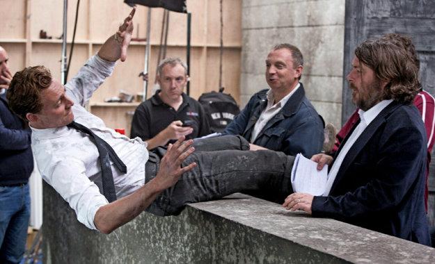 Tom Hiddleston (padá) a režisér Ben Wheatley (vpravo) pri nakrúcaní.