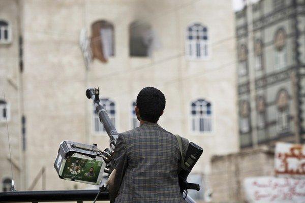 Hautiovec so zbraňou v jemenskej Saná.