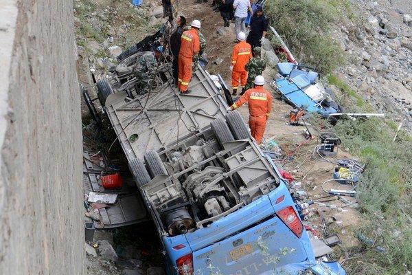 Autobus sa zrútil do rokliny v juhozápadnej provincii Kuej-čou.