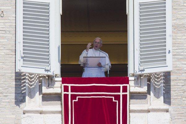 Pápež František počas príhovoru k ľuďom zhromaždeným na Námestí sv. Petra na Veľkonočný pondelok 6. apríla 2015 vo Vatikáne.