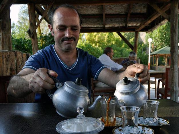 Po ceste mu pomáhali neznámi ľudia, prípadne ho pozývali na čaj.