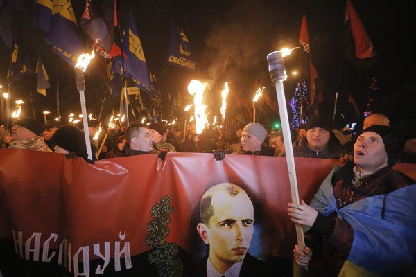 Ukrajinskí nacionalisti s portrétom Stepana Banderu.