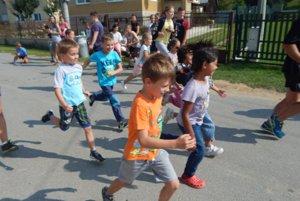 Štafetový maratón v Dlhej Lúke. Zúčastnilo sa ho 148 žiakov cirkevnej školy.