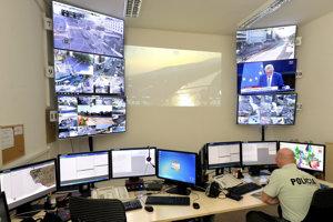 Pohľad na operačné stredisko krízového štábu - centrálneho riadenia bezpečnostných opatrení pred piatkovým summitom.