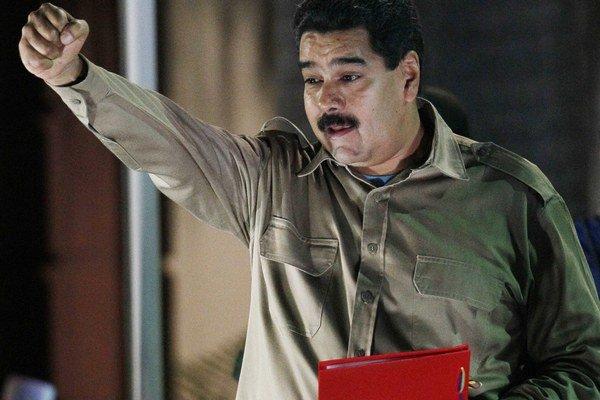 Venezuelský prezident Nicolás Maduro drží dekrét s osobitnými právomocami v prezidentskom paláci v Caracase.