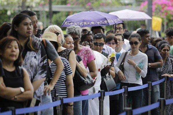 Ľudia čakajú, aby sa rozlúčili s bývalým singapurským premiérom.