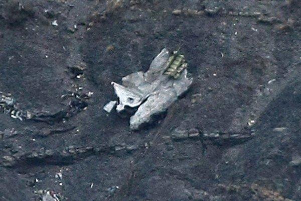 Trosky havarovaného lietadla sú roztrúsené v blízkosti alpských dediniek Barcelonnette a Digne.
