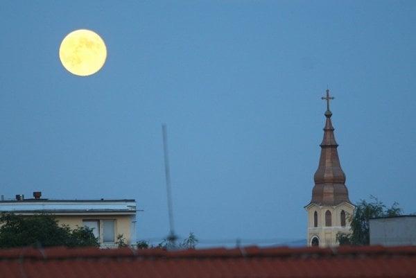 Mesiac sa zatmie, ako to len on vie.