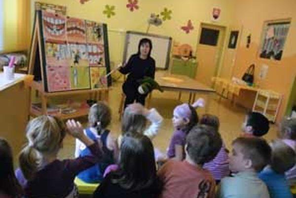 Deti sa počas prednášky dozvedeli, ako si majú správne čistiť zuby.
