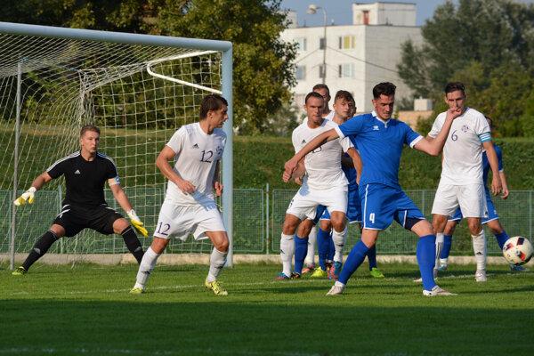 V zápase 18. kola Komárno (v bielom) jasne prevýšilo svojho súpera z Gabčíkova.