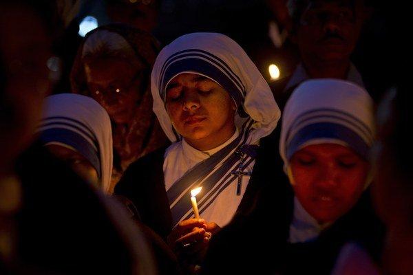 Indické mníšky sa modlia so sviečkami v rukách počas protestu proti znásilneniu 74-ročnej mníšky v kresťanskej misionárskej škole v Naí Dillí.