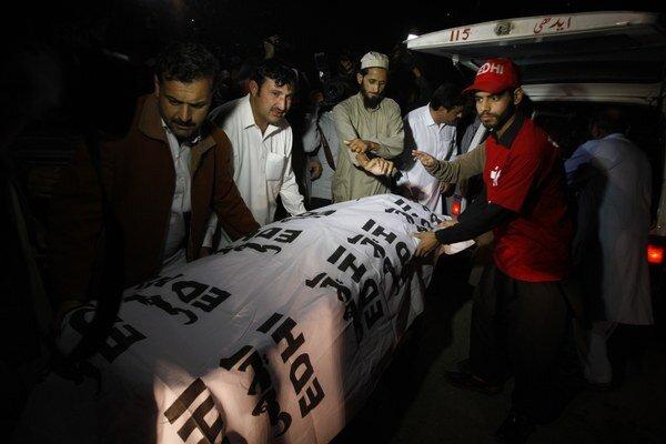 Telo Samiulláha Afrídího nesú do nemocnice v Pešávare.