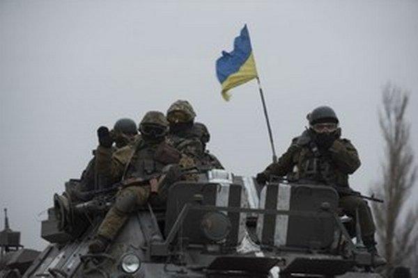 Ukrajinský obrnený transportér na ceste pri Donecku na východe Ukrajiny.