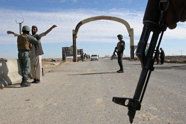 Príslušníci Talibanu napadli policajné vozidlo.