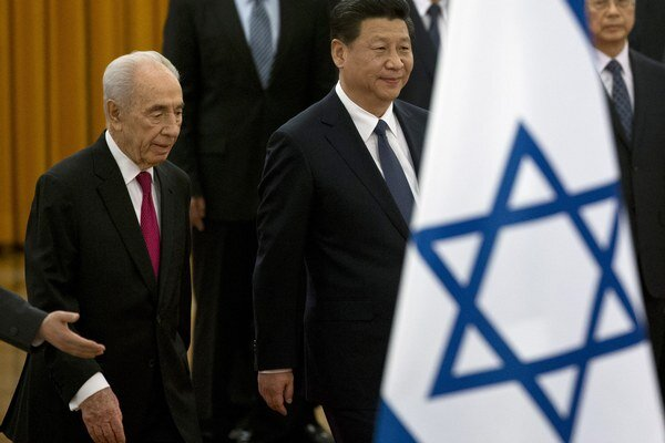 Šimon Peres (vľavo) počas uvítacieho ceremoniálu v Pekingu.
