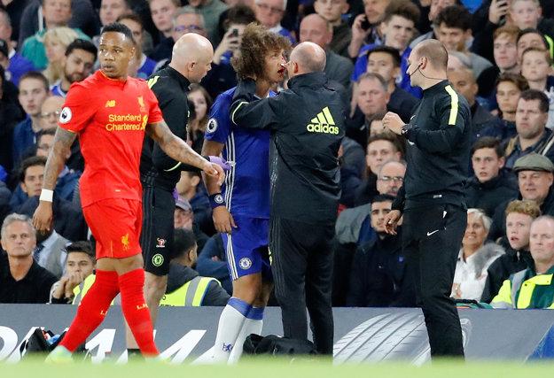 David Luiz musel pretrpieť zranenie nosa zo vzdušného súboja so Sadiom Maném.