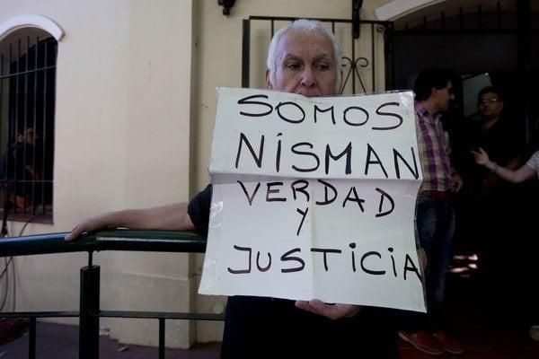"""Muž drží správu, ktorá znie: """"My sme Nisman, pravda a spravodlivosť""""."""