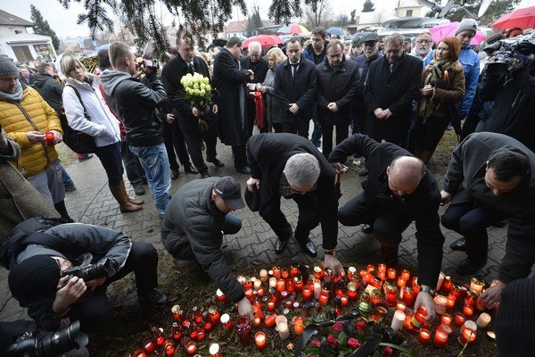 Ľudia kladú sviečky a kvety počas pietnej spomienky pri reštaurácii Družba, v ktorej včera 62-ročný muž zastrelil osem ľudí a seba, 25. februára 2015 v Uherskom Brode. Všetky obete pochádzali zo Zlínskeho kraja, kde leží aj malé mesto Uherský Brod, len 30