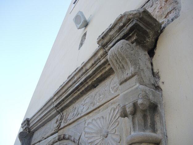 Na hlavnom portáli sú dodnes viditeľné renesančné prvky.